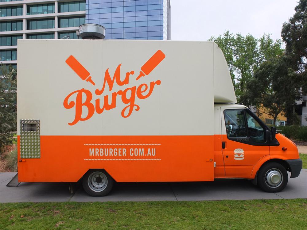 """İsmini """"Burger"""" Olarak Değiştirene Ömür Boyu Ücretsiz Hamburger"""